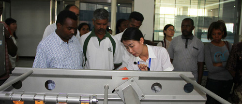 Foreign fruit and vegetable equipment procurement group visit to our company to observe the equipment